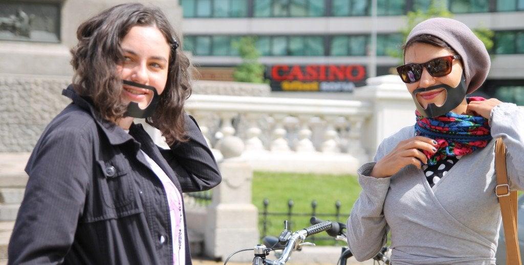 Яна Пункина, поет и радиоводещ (вдясно). Международен ден за борба с хомофобията и трансфобията. София, 2014 г. Снимка: Светла Енчева. Лиценз: CC-BY-ND