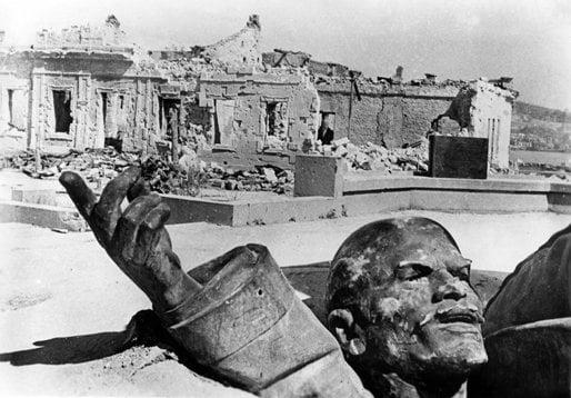 Berliner Verlag/Archiv/DPA/Corbis  Разрушен паметник на Ленин лежи в развалините на Севастопол. 1942