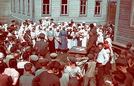 AKG-Images 1942. През време на Втората световна война германските войски регистрират украински селяни.