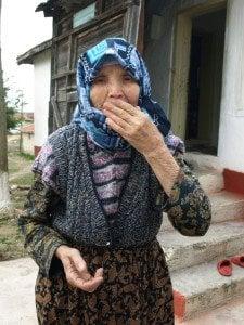 Баба Фереде ни изпраща с въздушни целувки. Снимка: Дорейд Ал Хафид. Всички права запазени.