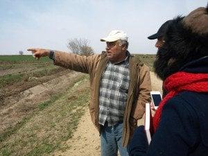 Четин ни показва мястото, където е намерен един от двамата загинали йезиди. Снимка: Дорейд Ал Хафид. Всички права запазени.