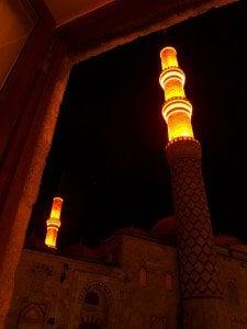Гледка от 5-вековния керван сарай към съдедната джамия. Снимка: Дорейд Ал Хафид. Всички права запазени.