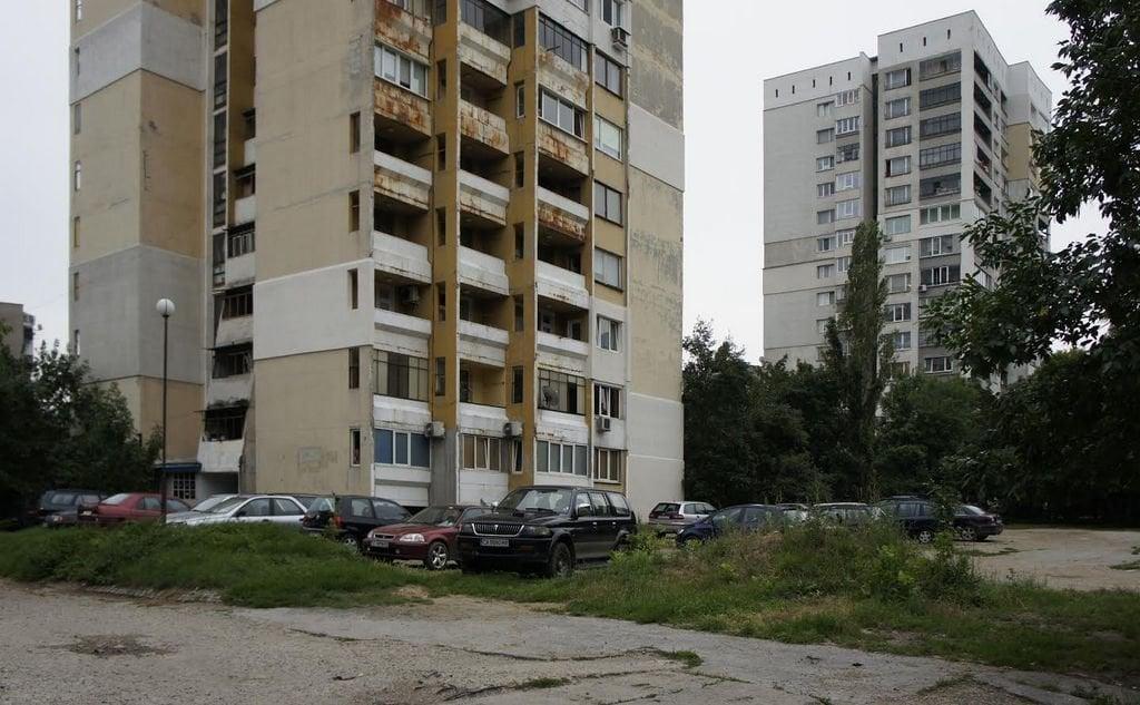 """Квартал """"Павлово"""" в София. Публичното пространство и природата в града са за всички. Но ако общината не ги предостави категорично на хората, в него естествено започват да доминират по-силните фактори – автомобили, тежка инфраструктура. Снимка и текст: авторът."""