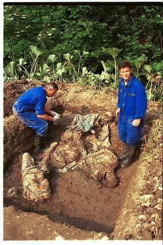 Един от масовите гробове, открити близо до Сребреница. Снимка: ICTY.