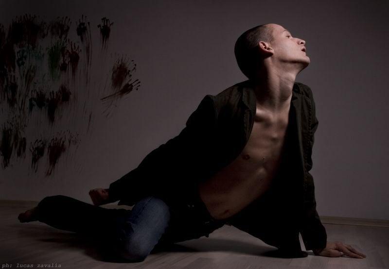 """Михаел Турински в """"Хетерономен, от мъжки пол"""". Снимка: Lucas Zavalia. Всички права запазени."""