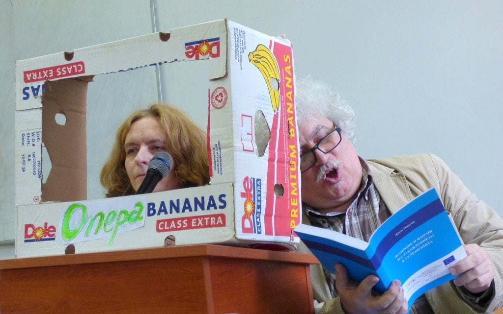 """Доц. Вяра Иванова и доц. Венцислав Димов по време на представянето на книгата """"Жанрове и форми на забавлението в телевизията."""""""