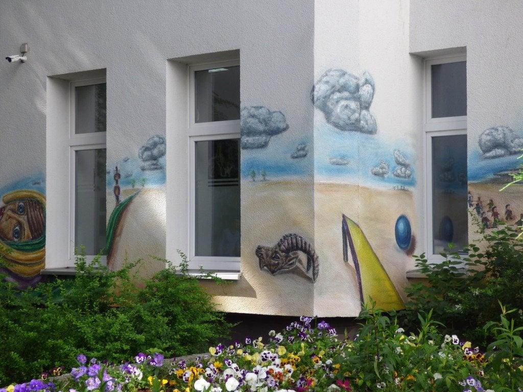 """Място за детска игра в двора """"Дом Арнолд Фортуин"""" на улица """"Харцер"""" в берлинския квартал """"Ной Кьолн"""". Снимка: Светла Енчева."""
