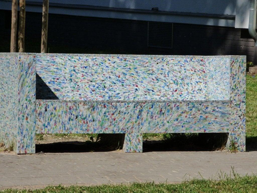 """Пейка, изработена от отпадъци"""" в двора на """"Дом Арнолд Фортуин"""" на улица """"Харцер"""" в берлинския квартал """"Ной Кьолн"""". Снимка: Светла Енчева."""