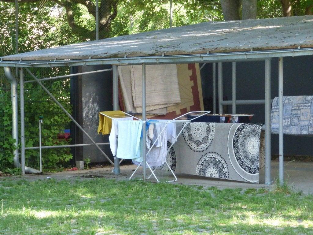 """Къта за пране на килими в двора на """"Дом Арнолд Фортуин"""" на улица """"Харцер"""" в берлинския квартал """"Ной Кьолн"""". Снимка: Светла Енчева."""