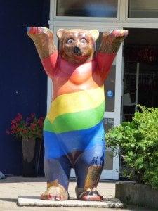 """Мечката, символ на Берлин, боядисана в цветовете на дъгата. Квартал """"Шьонеберг"""", Берлин. Снимка: Светла Енчева."""