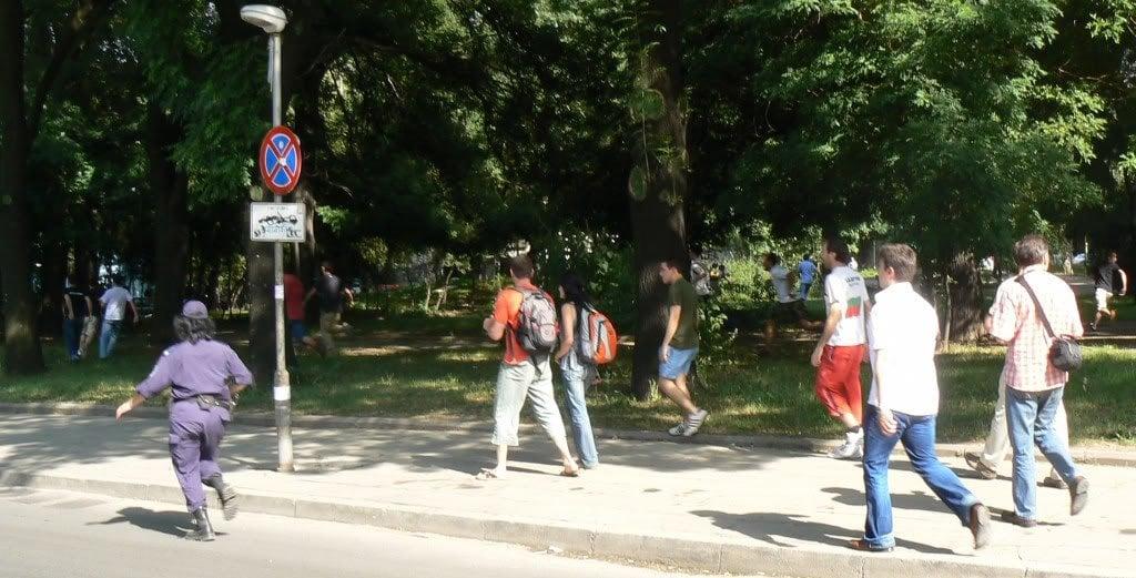 София прайд 2008, полицията гони нападателите. Вляво: полицейската служителка, която беше особено дейна в залавянето на хомофобите. Снимка: Светла Енчева.