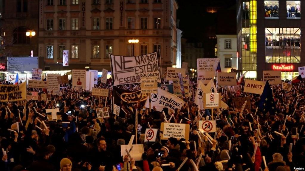 Чехия: хиляди граждани искат оставката на депутат комунист ...
