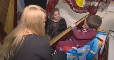 Безплатни уроци по арфа помагат на деца с увреждания