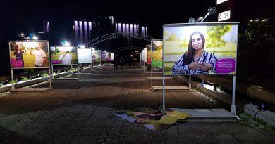 """Вандализираната изложба""""Заедно е супер"""" поставя въпроса кой носи отговорност за враждебната среда срещу глухите, ромите и ЛГБТИ хората?"""