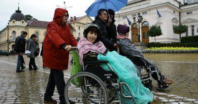 Грижите за човек с увреждания с право на чужда помощ ще се зачитат като стаж при пенсия