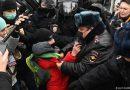 """""""Срам!"""", """"Бандити!"""", """"Путин е крадец!"""" – десетки хиляди излязоха на протест в подкрепа на Навални"""