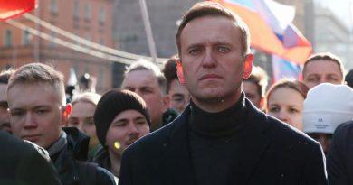 Кремълският враг Навални е задържан в предварителния арест, Москва казва на Запада да си гледа собствения бизнес