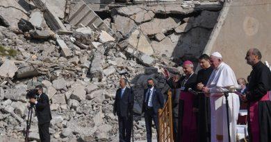 Папата се моли в руини в Мосул, църквите разрушени