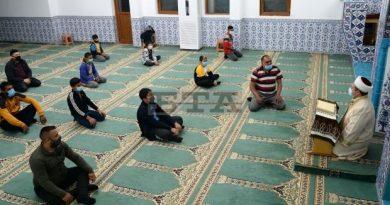Тънката нишка на полумесеца отбелязва Рамазан