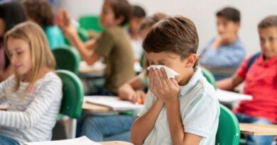 """Правителството връща присъственото обучение с """"филтър на входа"""" за ученици и учители"""